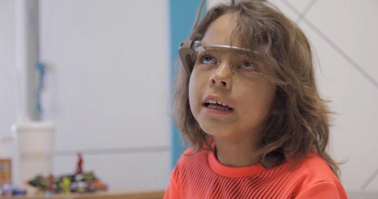Beteg kislány a Google Glass okosszemüveggel