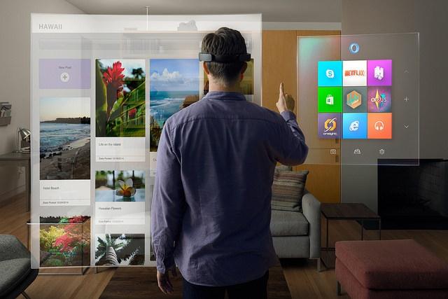Microsoft HoloLens a szobában
